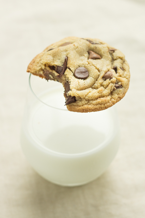 Small Batch Chocolate Chip Cookies (recipe makes just 8 cookies!) // bakingyum.com